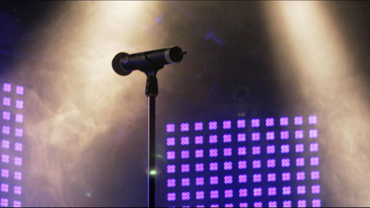 Ensam mikrofon i stativ på en scen. Foto: Johan Ljungström/Sveriges Radio