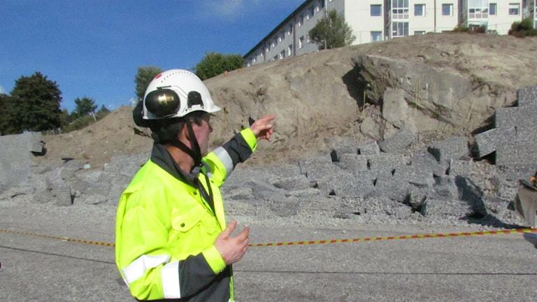 Trafikverkets projektchef Magnus Lundberg visar vart 350 ton stödmur rasat vid brobygget i Sundsvall. Foto: Victoria Herkules