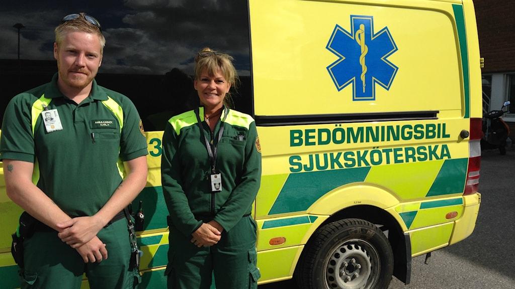 Kalle Hållberg och Katharina Åkerberg står framför bedömningsbilen. Foto:Alexander Arvidsson/Sveriges Radio