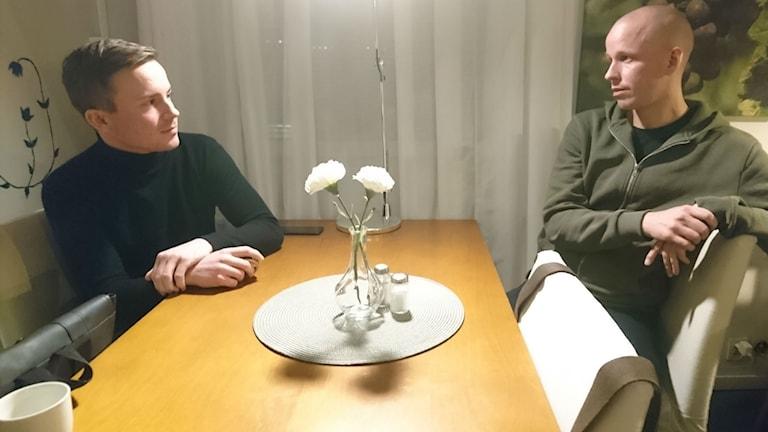 Linus Berg och Christoffer Smitz föreläser om HBTQ inom idrotten.