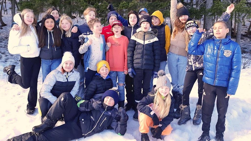 Hela klass 5A på Sundskolan i Örnsköldvik står i en klunga på skolgården. Foto: Jennie Maria Westman
