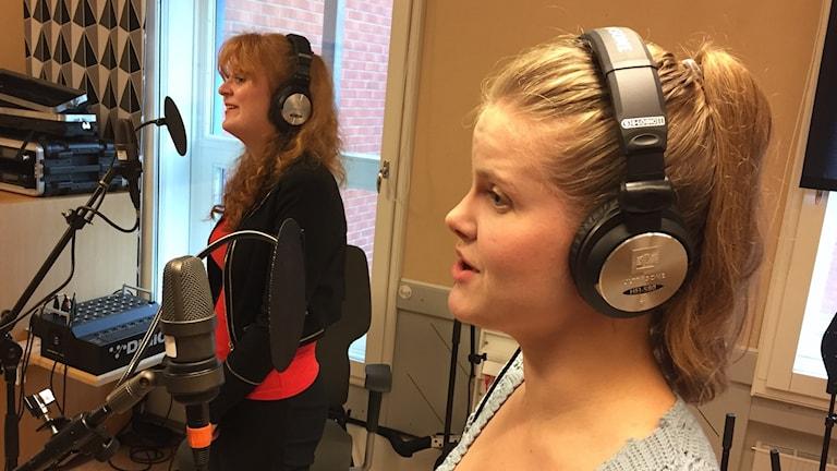 """Christine """"Chrisse"""" Persson och Linde Jonsson sjunger i studion. Foto: Karin Lönnå/Sveriges Radio"""