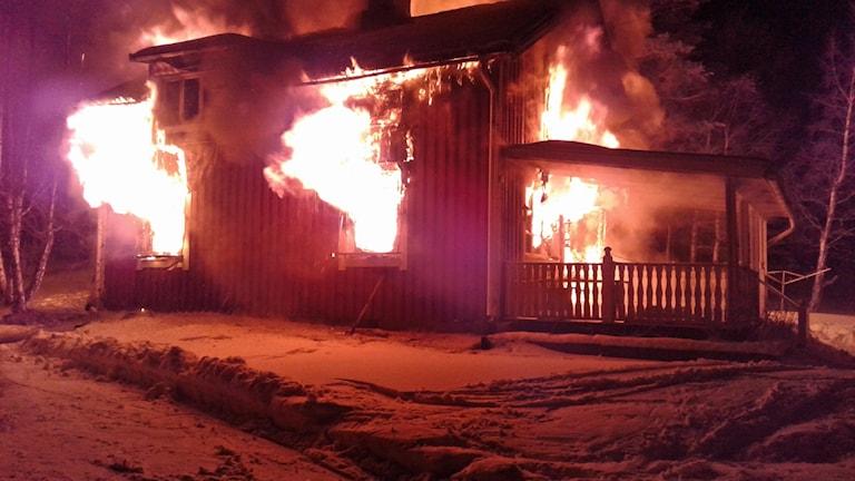 En fullt utvecklad brand med öppna lågor i huset i Kragom