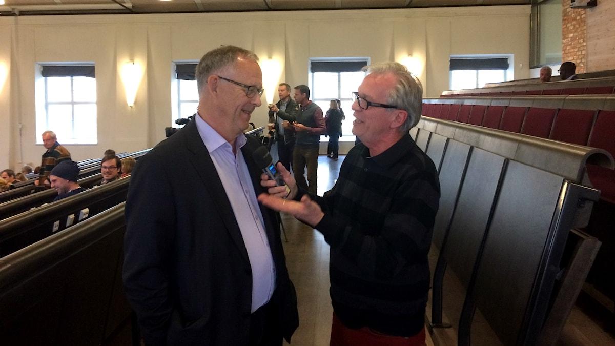 Lars Lagerbäck intervjuas av Sveriges Radios Christer Jonasson.