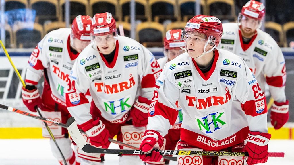 Fem spelare i Timrå IK står samlade och ser koncentrerade ut.