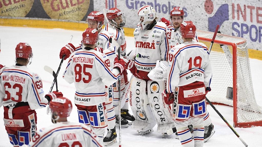 Timråsspelarna jublar efter segern i söndagens ishockeymatch i hockeyallsvenskan SM-final 3 i bäst av 7 mellan IF Björklöven och Timrå IK i A3 Arena. Foto Erik Märtensson/TT
