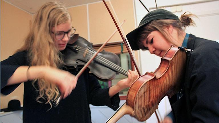 Samantha Ohlanders och Sara Parkman spelar fiol. Foto: Karin Lycke/SR