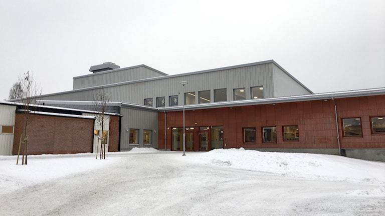 Anundsjöskolan i Bredbyn utanför Örnsköldsvik i vinterskrud. Bild tagen på avstånd från entrén. Foto: Jennie Johansson / Sveriges Radio