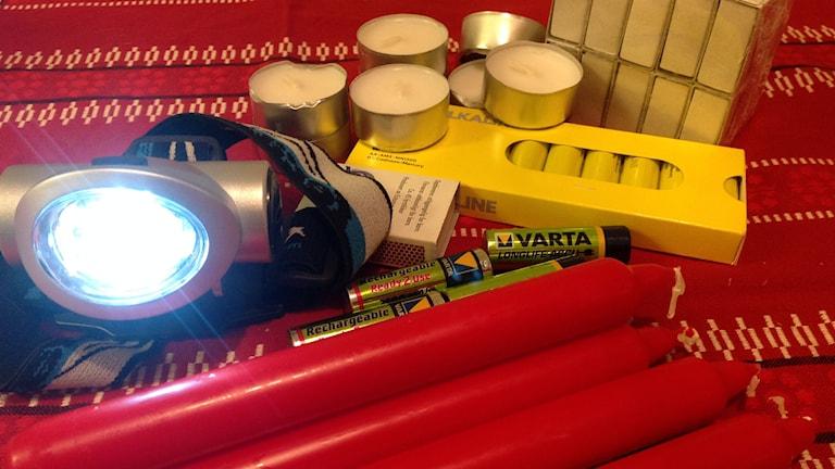 Värmeljus, batterier och pannlampa är bra att ha när det blir strömlöst. Foto: Ulla Öhman/SR