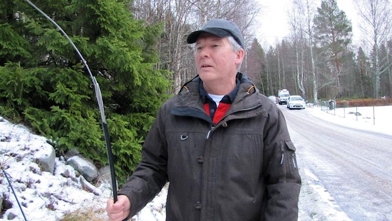 Lars Höglund, regionchef Eon inspekterar trasiga ledningar efter stormen Ivar. Foto: Lotte Nord/SR