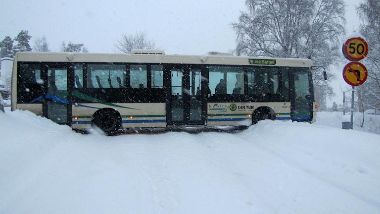Buss står på tvären i halkan på Baldersvägen i Sundsvall. Foto: Niklas Axelsson/SR