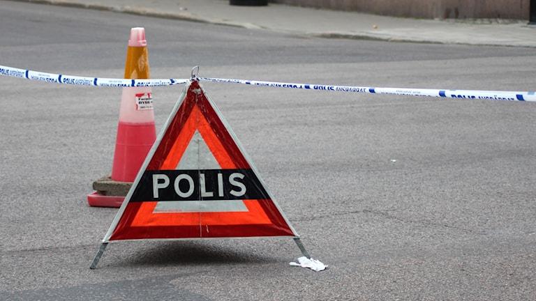 """Triangelformad varningsskylt med texten """"Polis"""". Foto: Ann-Charlotte  Carlsson/Sveriges Radio"""