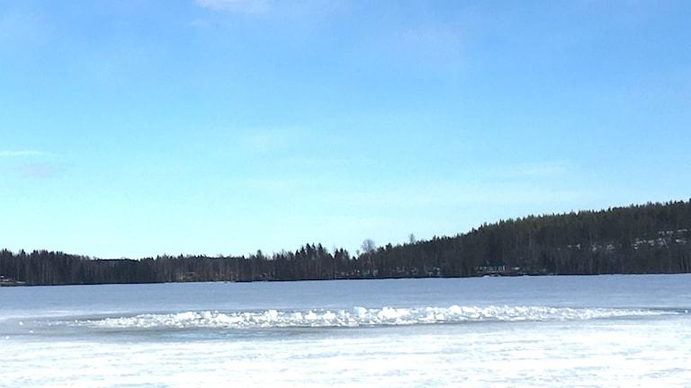 Hål i isen på Stor-Hattsjön till följd av en explosion.