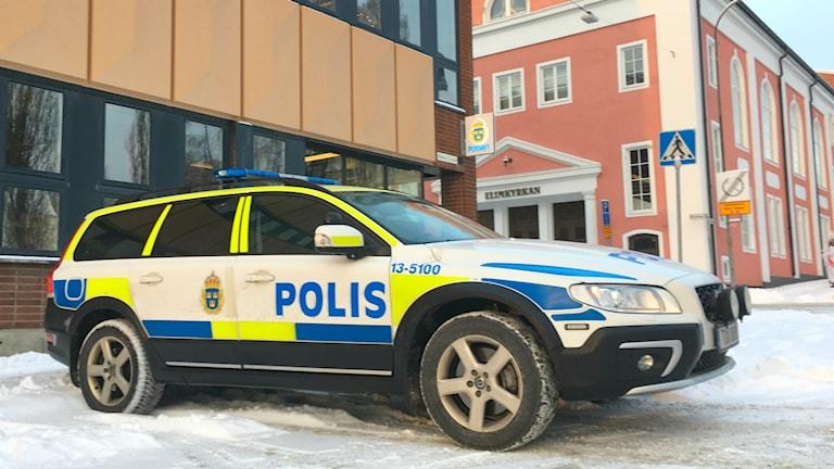 En polisbil parkerad utanför polishuset i Örnsköldsvik.