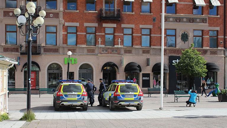 Poliser och polisbilar under den tysta manifestationen på Stora Torget i Sundsvall. Foto: Niklas Axelsson/SR