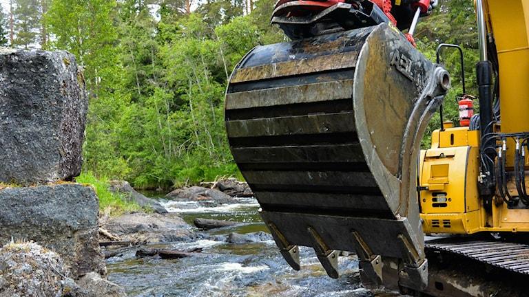 Rejäla grejor för att flytta stora stenar. Foto: Stig Edfast/SR