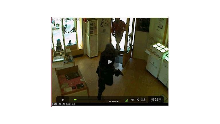 Bild från övervakningsfilmen under rånet i guldbutiken Branders Guld & Ur i Sundsvall. Foto: Polisen