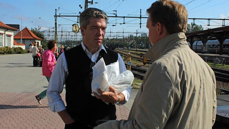 Ingemar Nilsson (S), riksdagsledamot från Sundvsall pratar med tågresenärer i Sundsvall.