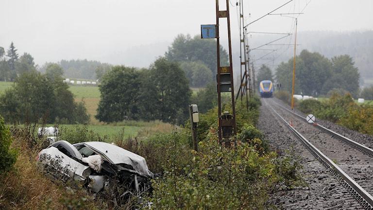 Två personer miste livet när den bil de färdades i krockade med ett tåg vid en obevakad järnvägsövergång utanför Fränsta, väster om Sundsvall, uppger polisen i Västernorrland. Olyckan inträffade strax efter klockan 13 på tisdagen. Foto: Mats Andersson/TT.