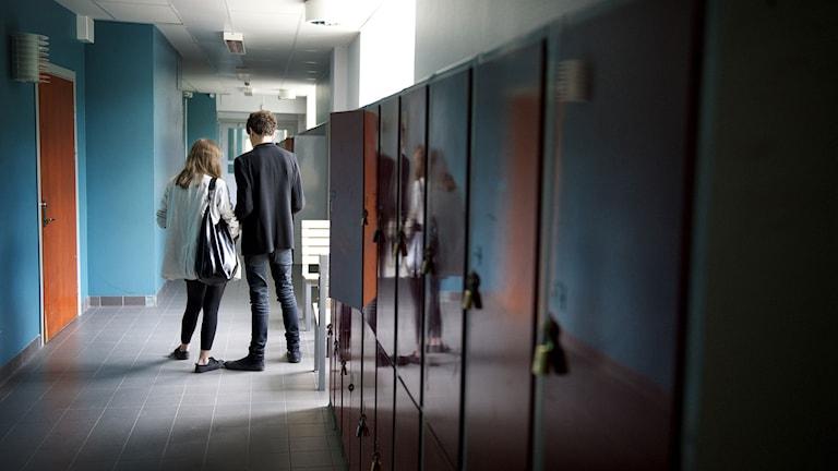 Elever i en skolkorridor med elevskåp. Foto: Jessica Gow/TT