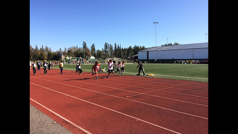 Barn tävlar i löpning. Foto: Ulla Öhman