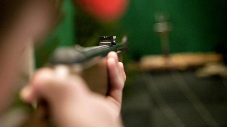 En person som skjuter med luftgevär på en skjutbana. Foto: Patrick Sörqvist / TT