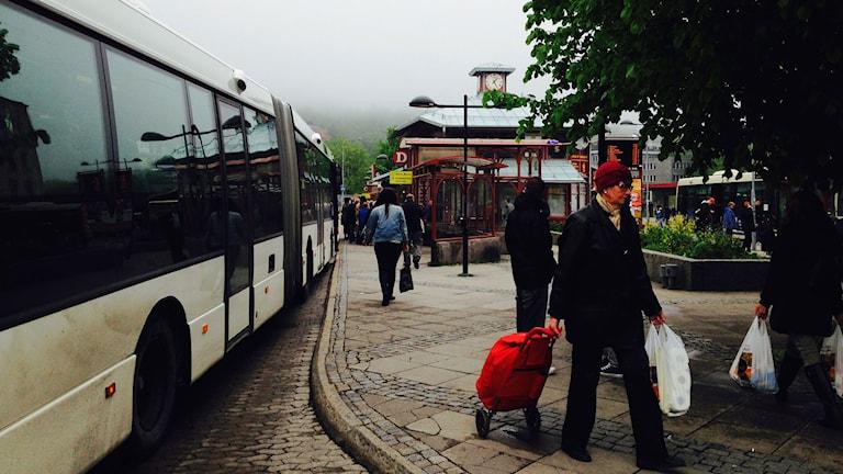 Buss och bussresenärer på Navet i centrala Sundsvall. Foto: Stig Edfast/SR