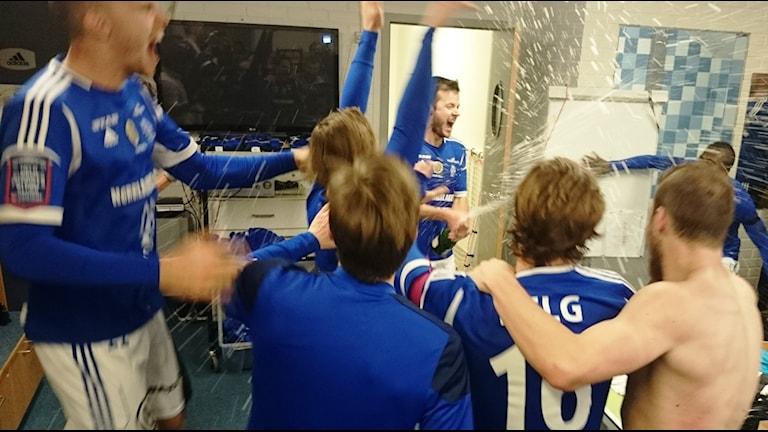 Gif Sundsvall firar platsen i fobollsallsvenskan efter matchen då det avgjordes. Nu är det också klart att de får licens för att spela i allsvenskan. Foto: Carl-Johan Höiby / Sveriges Radio / Arkiv