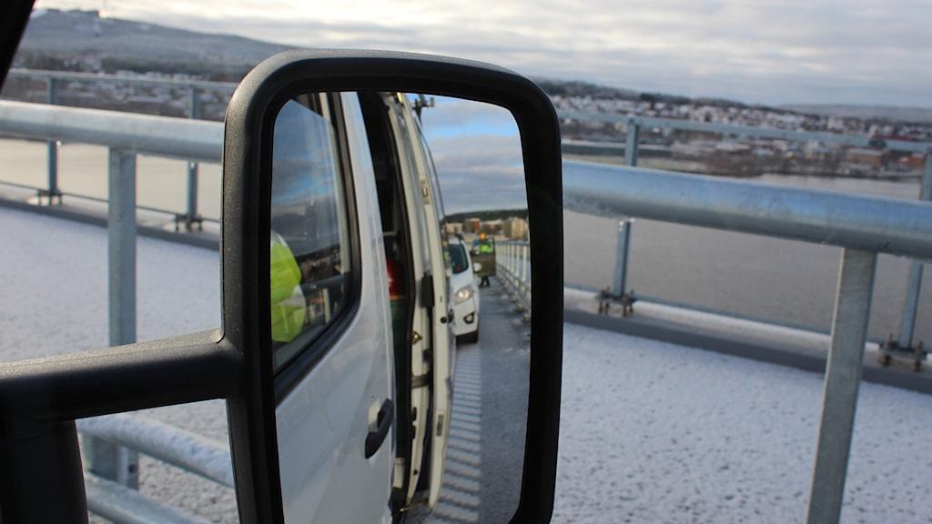 Bilkö bakåt, utsikt framåt från bilfönstret vid färden över nya bron. Foto: Ulf Thonman / Sveriges Radio