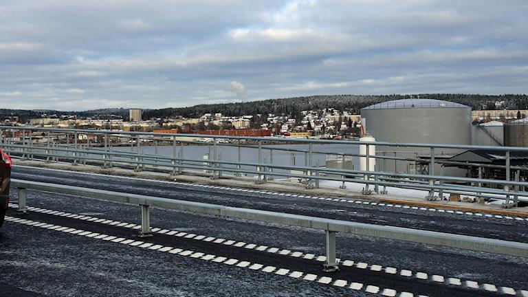 Den som kommer söderifrån och tittar åt höger möts av Oljehamnen och Ortviken. Foto: Ulf Thonman / Sveriges Radio