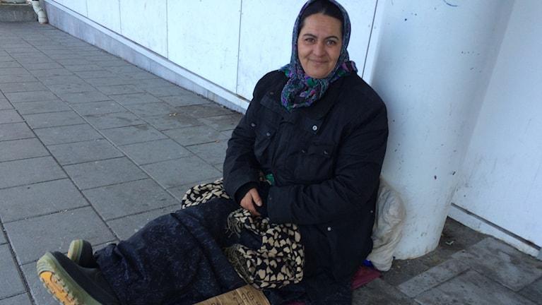 Elena Kiriat tigger pengar som hon skickar till sin syster som tar hand om hennes barn i Rumänien. Foto Ulla Öhman