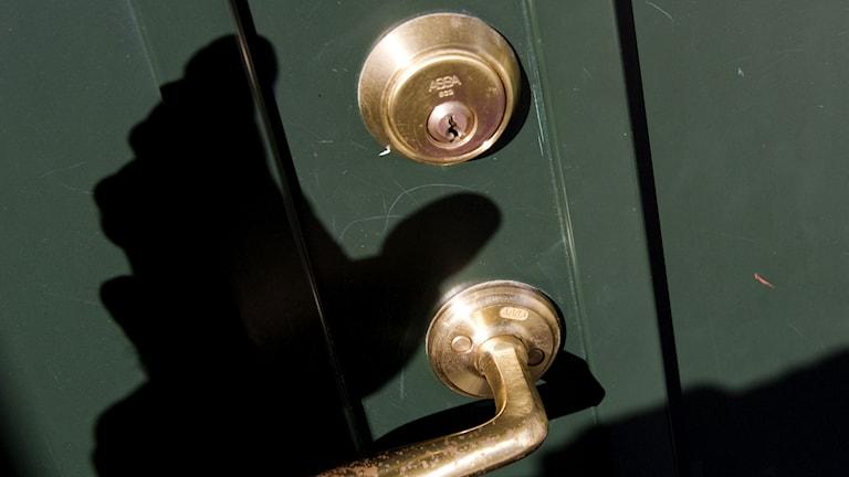 Skuggan av en inbrottstjuv som närmar sig en dörr. Foto: Henrik Montgomery/TT