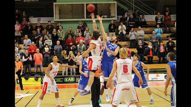 Hlynur Baeringsson vinner uppkastet mot Trevor Gruis