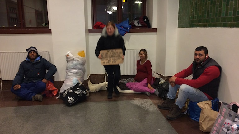 Vi vill åka hem, säger flera av de romer som sov på järnvägsstationen i Sundsvall i natt. Foto Ulla Öhman