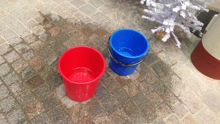Hinkar på golvet ska fånga upp regnvattnet från det läckande glastaket på Kulturmagasinet. Foto: Lotte Nord/SR