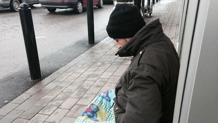 Utanför affärer sitter romer och tigger. Foto: Viktor Åsberg/Sveriges Radio.