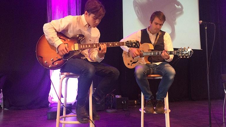 David Anton Kontra till vänster med sin gitarrlärare Josef Eriksson. Foto Ulla Öhman