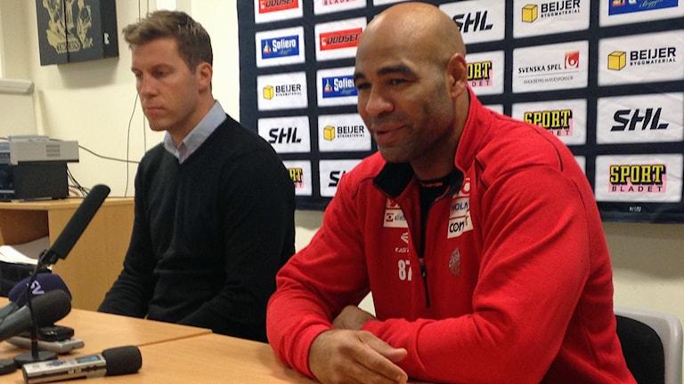 Donald Brashear, Modos nyförvärv och klubbens general manager Per Svartvadet vid dagens presskonferens. Foto: Viktor Åsberg / Sveriges Radio