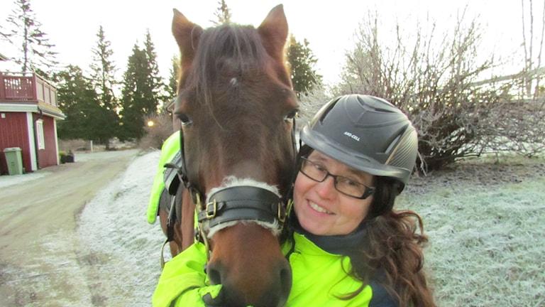 Anna Karström med sin häst Love on Earth. Foto: TullaMaja Fogelberg/Sveriges Radio