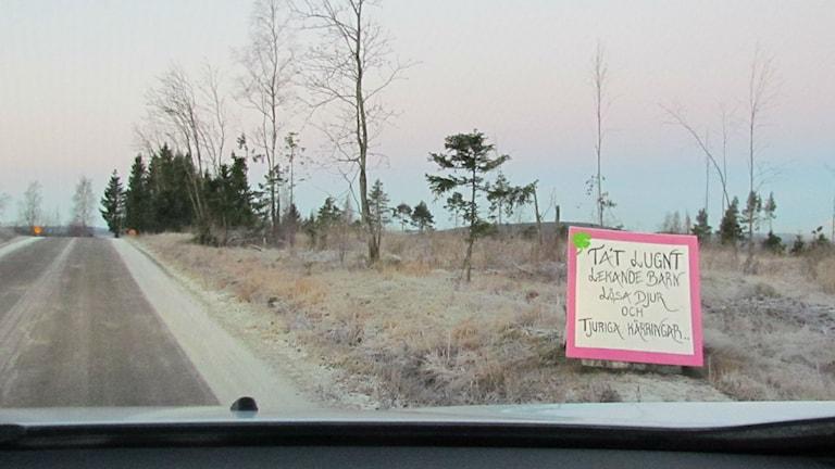 Plakat längs Pottängsvägen på Alnö. Foto: TullaMaja Fogelberg/Sveriges Radio.