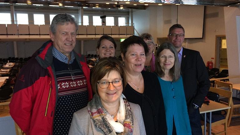 Här är de nya toppnamnen inom landstingspolitiken. Längst fram landstingsrådet Elisabet Strömqvist (S). Bakom henne Lars-Gunnar Hultin (V), Linnea Stenklyft (S), Eva Andersson (MP), Anna-Karin Sjölund (S) Ewa Back (S) och Erik Lövgren (S). Foto Ulla Öhman