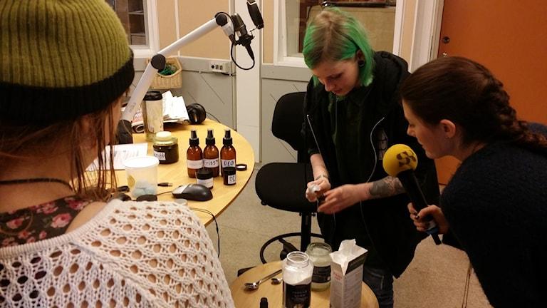 Mymoa Wängdahl visar Tullamaja Fogelberg hur man enkelt rör ihop sin egen deodorant. Foto: Erik Nyberg/SR