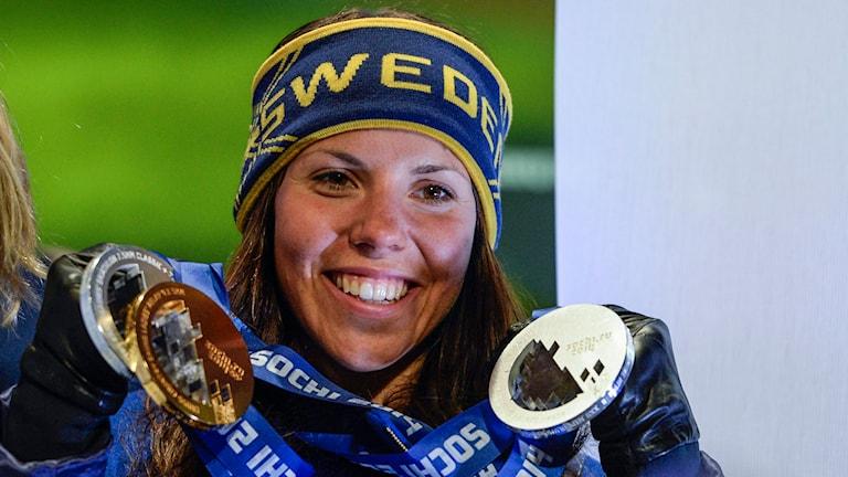 Charlotte Kalla visar sina medaljer från OS i Sotji. Foto: Jessica Gow/TT