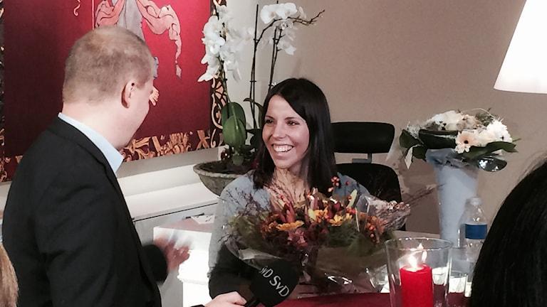 Charlotte Kalla får veta att damernas stafettlag får utmärkelsen årets bragdguld. Foto: Christer Jonasson/SR