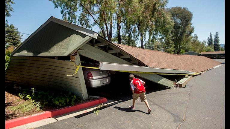 Carport i bristfälligt skick. Det verkar  vara kört. Foto: Noah Berger AP/TT
