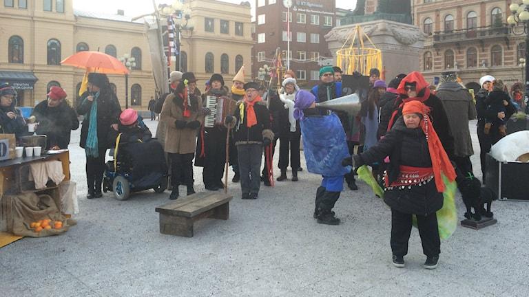 Ållateatern firade 20 år med sång på torget i Sundsvall. Foto: Annelie Ledin