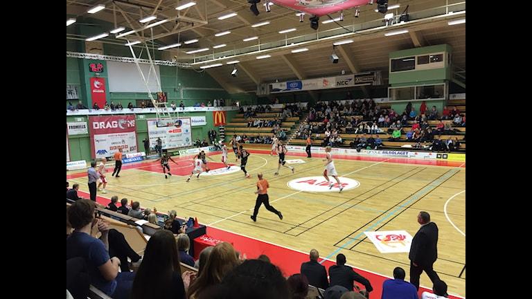 Sundsvall Dragons i anfall mot Borås Basket