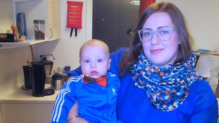 Pauline Nordlinder från Järved. Sonen Malte bär en av mammas flugor. Foto: Lennart Sundwall/SR