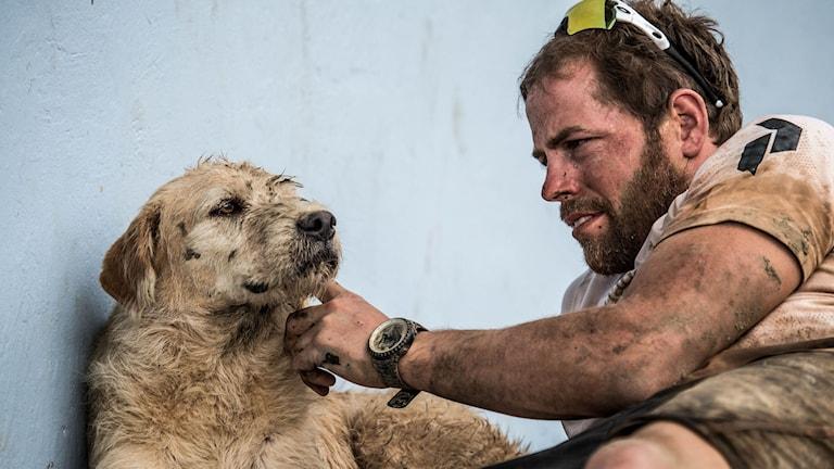Mikael Lindnord och hunden Arthur efter att ha passerat mållinjen tillsammans med en tolfteplats i VM i multisport. Foto: Krister Göransson/Team Peak Performance