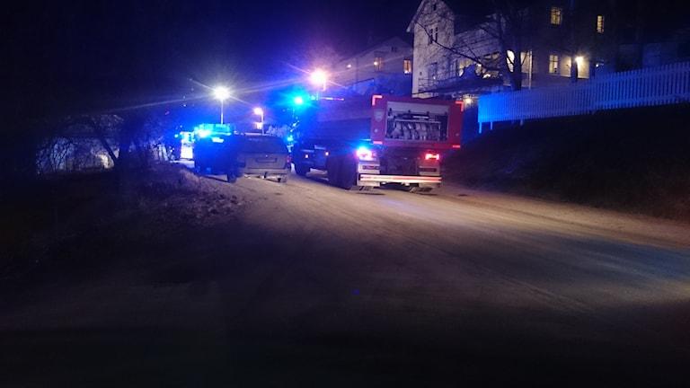 Brandbilar på gatan utanför villan på Repslagarvägen där en brand brutit ut i en bastu. Foto: Carl-Johan Höijby